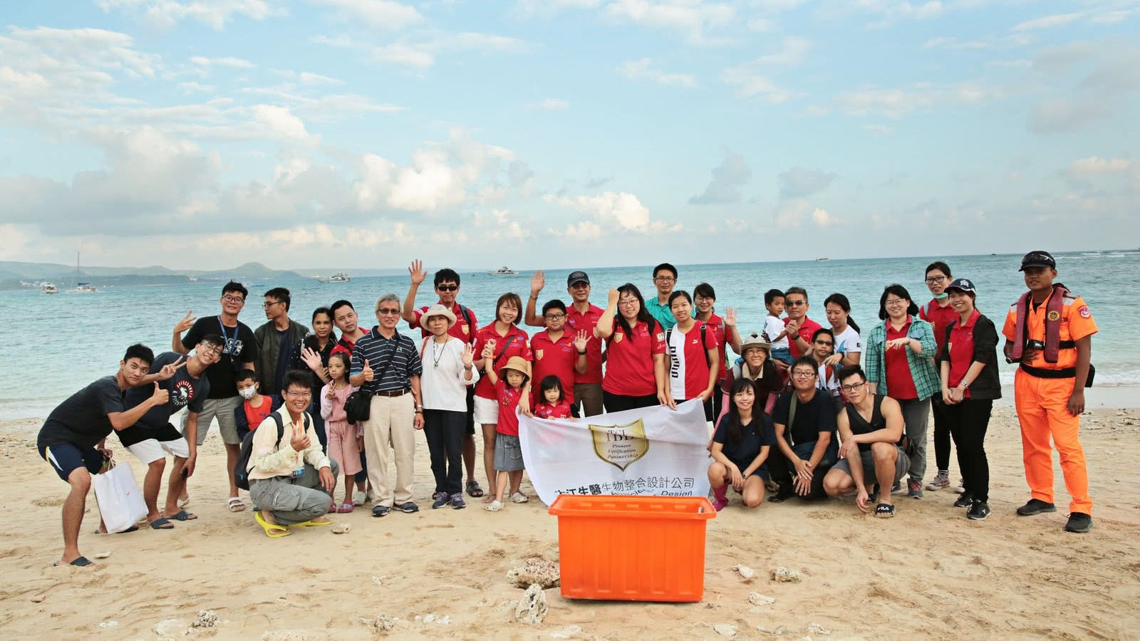 TCI started a collaborative project with the National Museum of Marine Biology & Aquarium (NMMBA) focusing on marine protection. By releasing sea turtles to the wild at the seashore of Houbi Lake on October 19th with the assistance of professional coast guards and employees of NMMBA, we dedicate ourselves to protecting marine ecology and educating our children about marine knowledge and marine conservation.