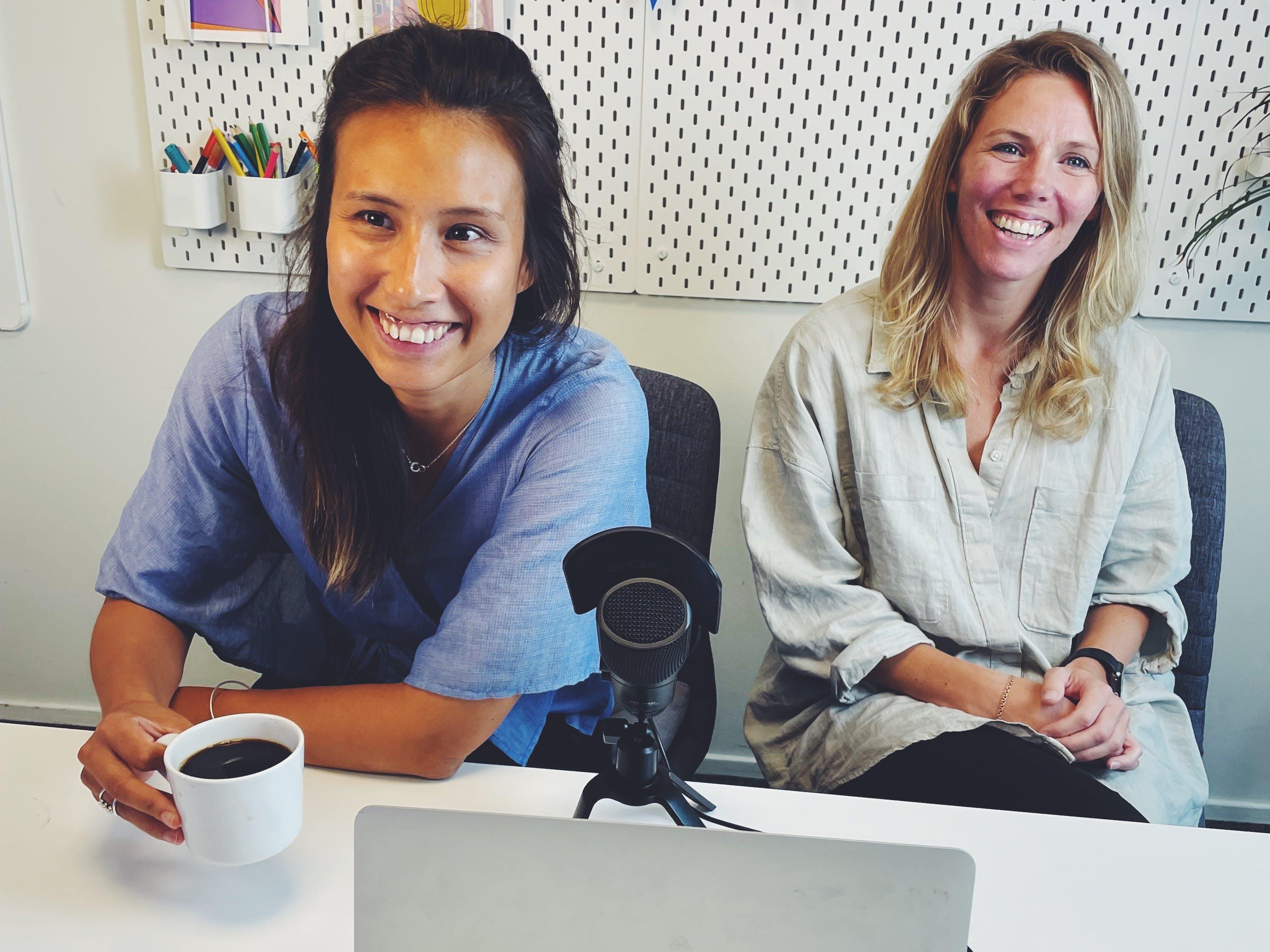 Sandra Hindskog and Jennie Dalgren having coffee
