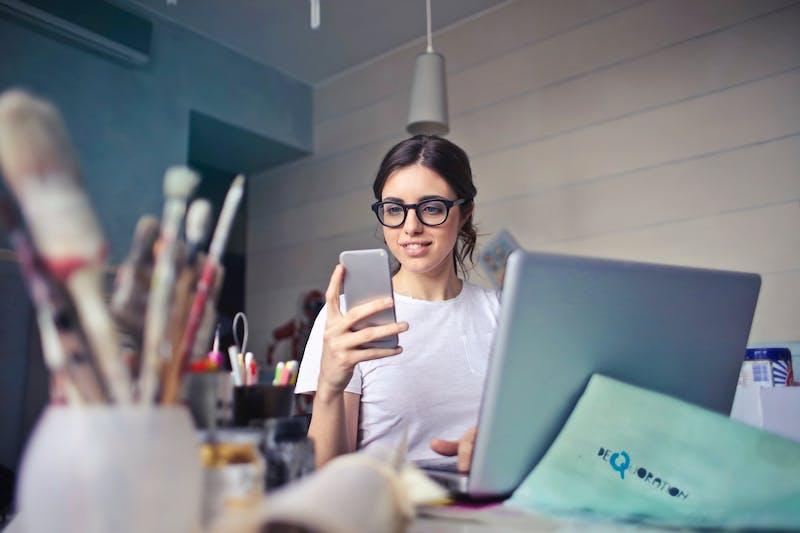 Vrouw werkt op laptop en kijkt naar boekhouding-app