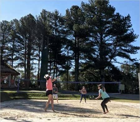 mulheres jogando vôlei