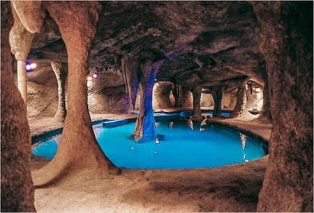gruta com piscinas termais