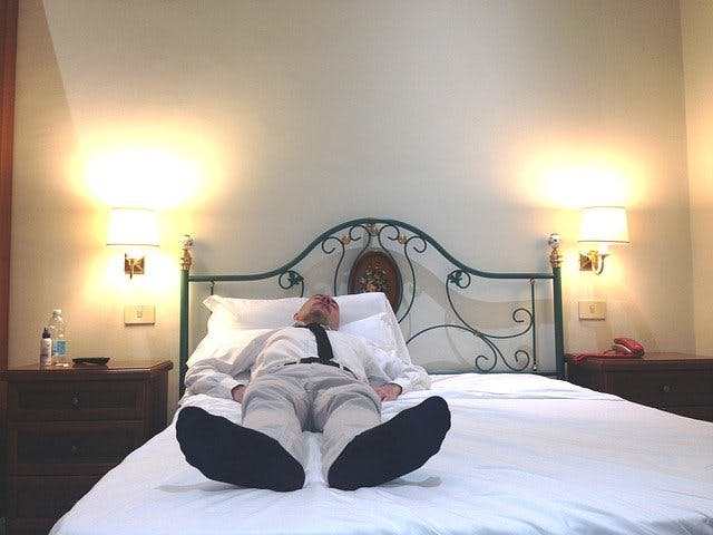 Sleeping with socks on | Benefits and disadvantages of wearing socks to bed