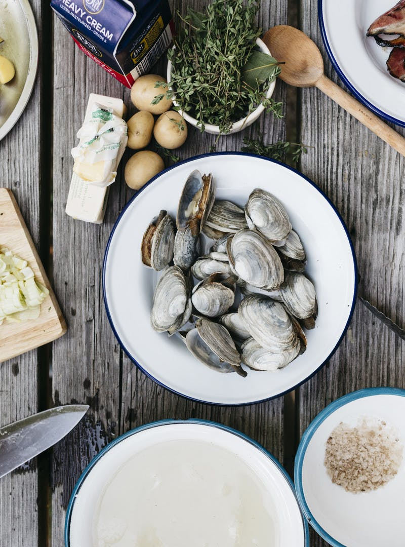 Clams in their shell are separated out from the cooking broth.