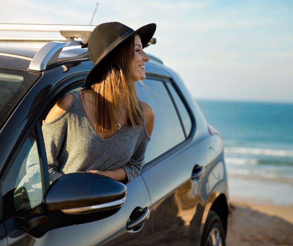 Touriste en voiture le bord de la plage