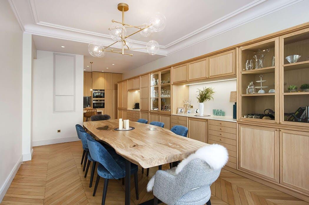 la somptueuse cuisine / salle à manger avec parquet à chevrons et ses meubles en bois brut luxueux