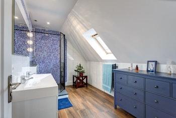 Rénovation de deux salles de bain : ambiance marine ou naturelle ?