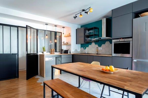 Appartement rénové dans un esprit moderne avec cuisine américaine et verrière