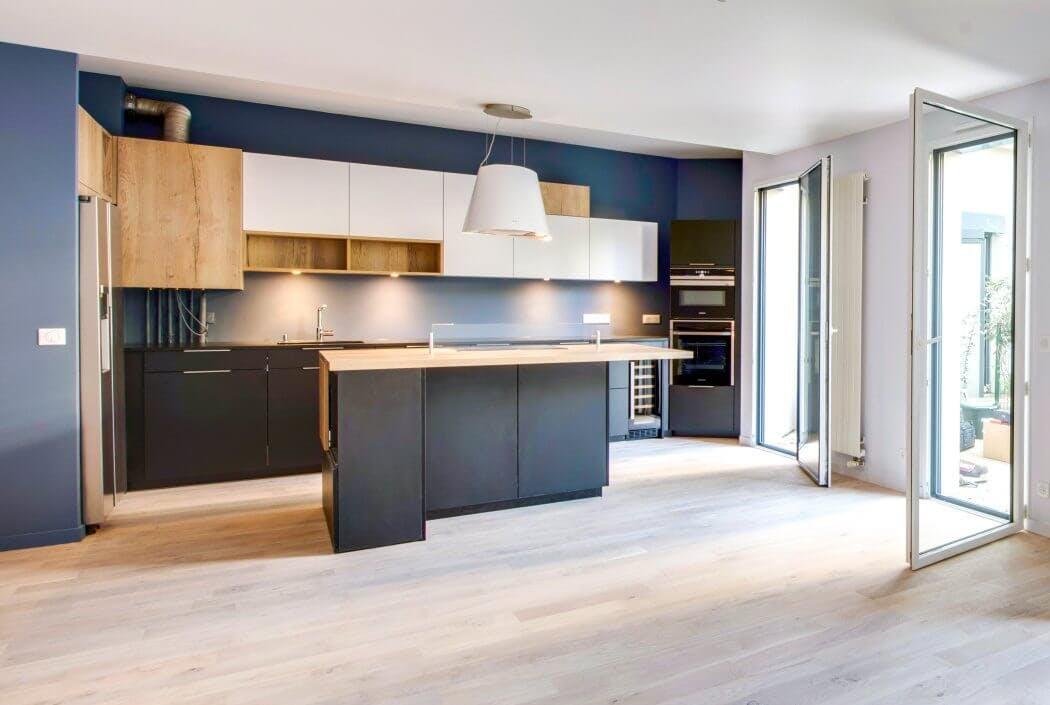 Cuisine design haut de gamme gris anthracite et bois massif