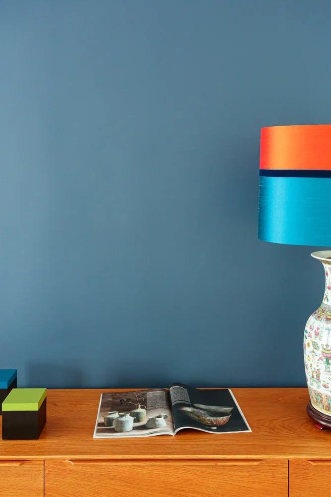 Meuble en bois et lampe de table dans un appartement de 65 m² à Paris