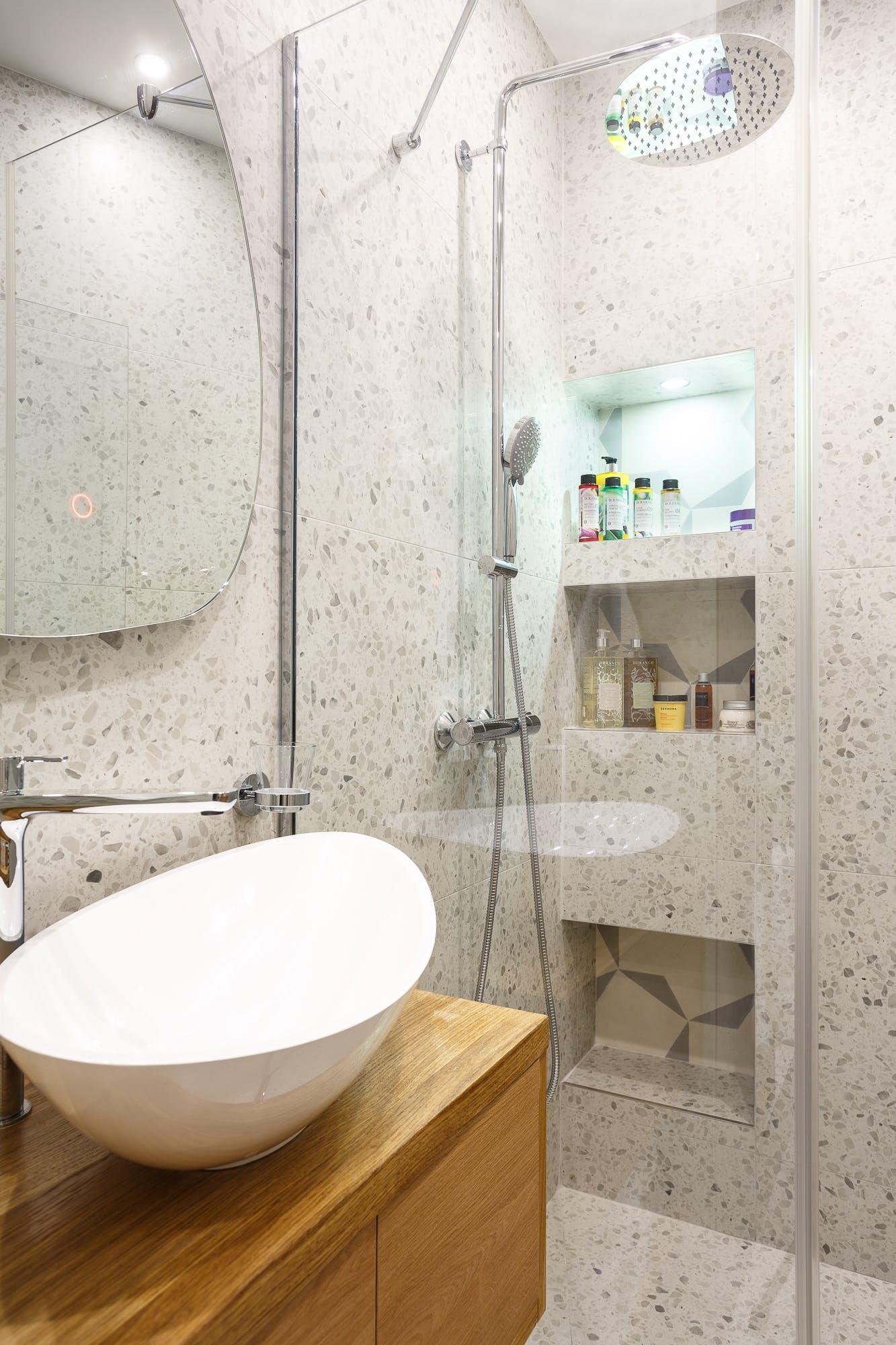 Salle de bains grise de la suite parentale avec vasque blanche