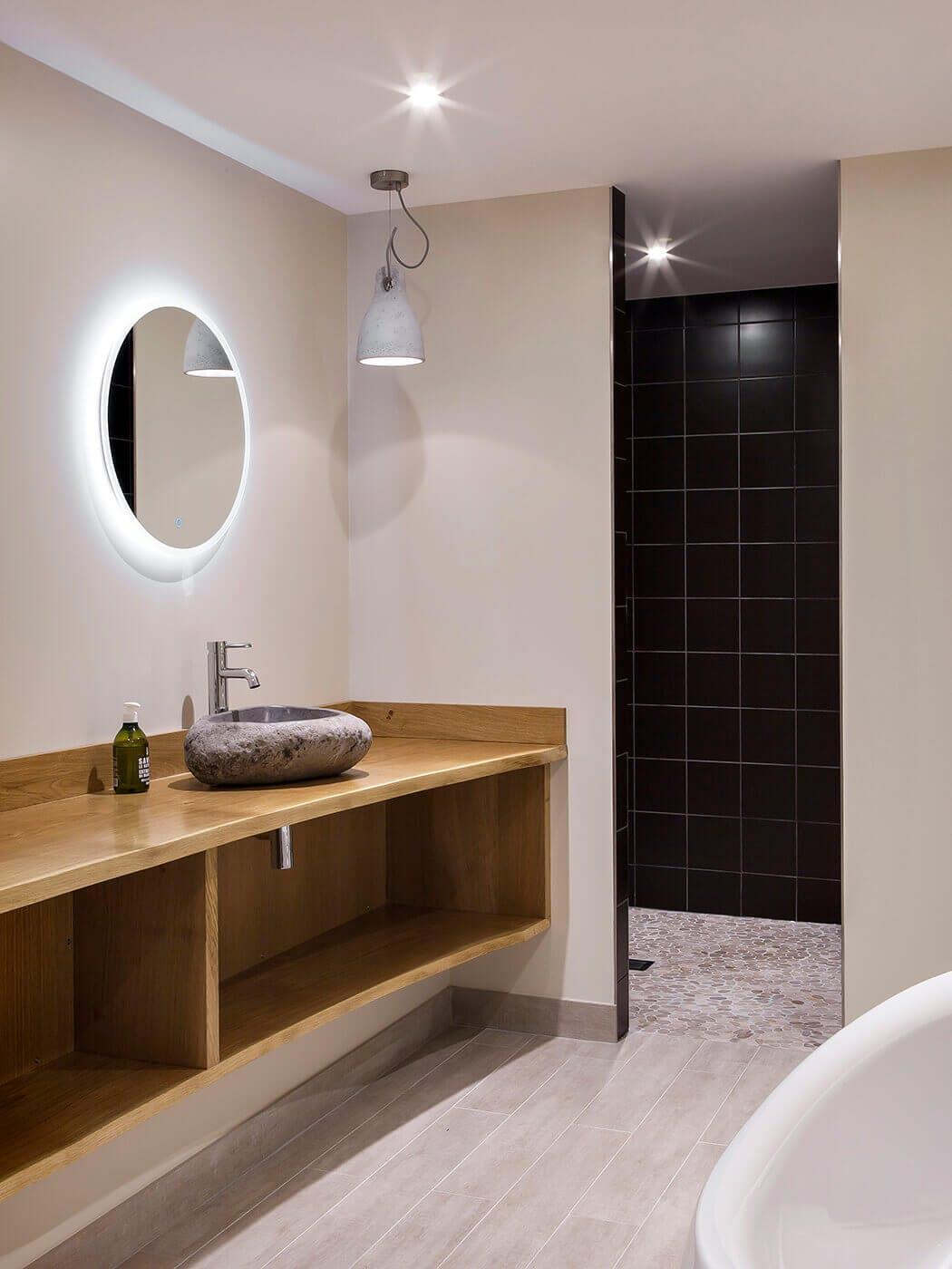 salle de bain haut de gamme aux finitions d'exception