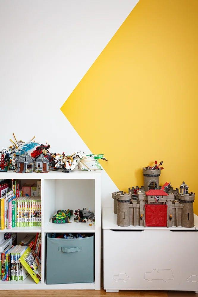 Zoom in sur la peinture bicolore, décoration / jouets de la chambre d'enfant