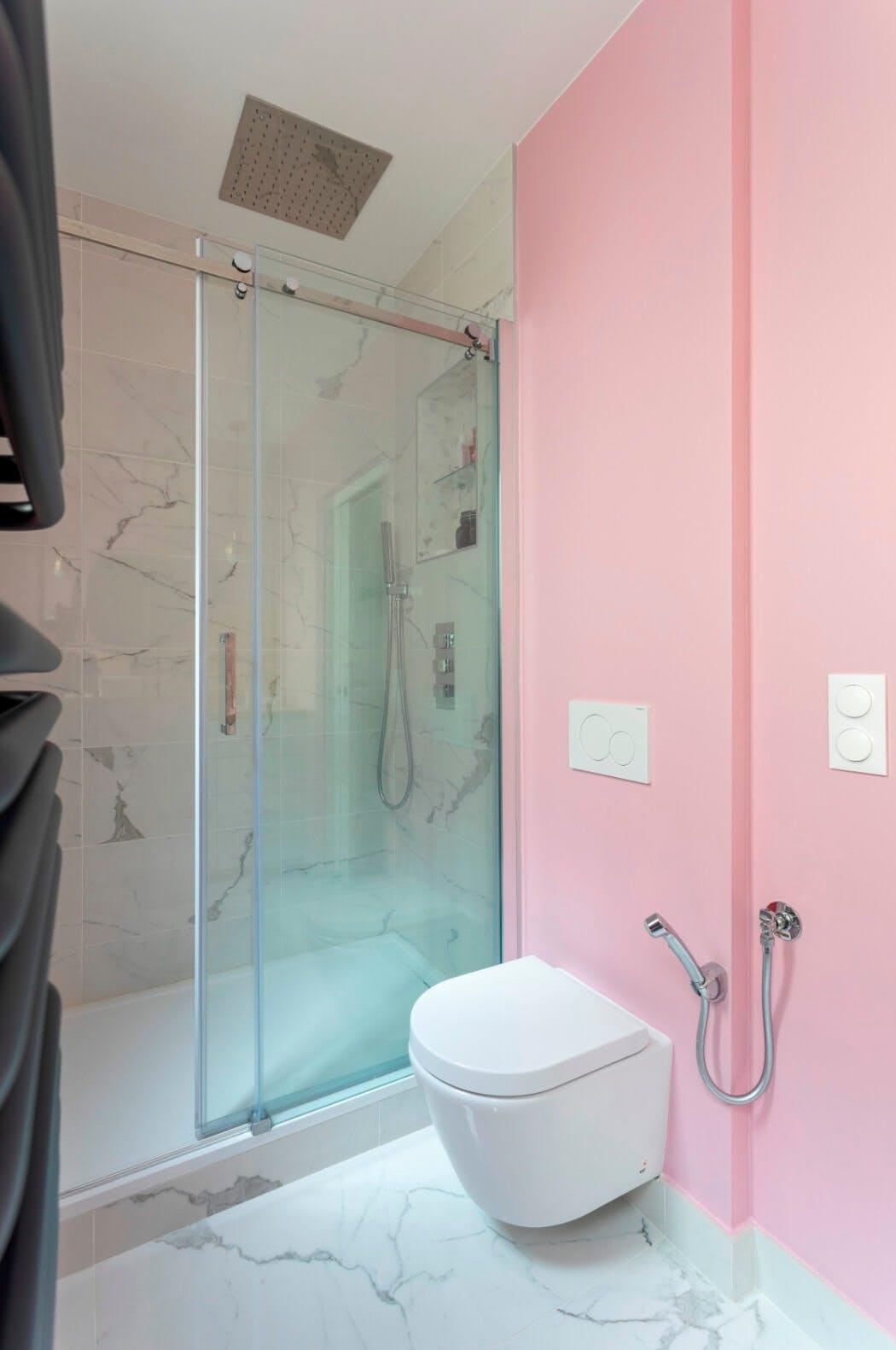Espace douche à l'italienne et wc suspendu dans cette salle de bain rénovée