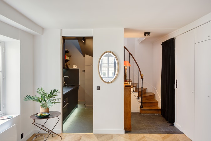 Vue d'un intérieur d'appartement avec cuisine et escalier