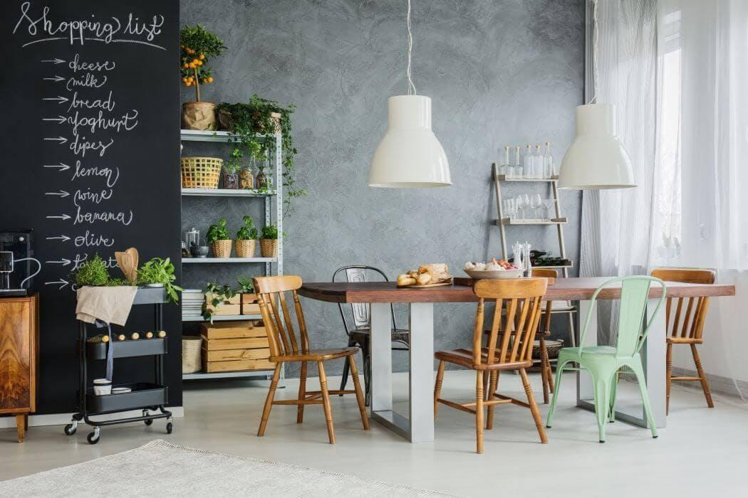 Decoration tendance avec des chaises depareillees
