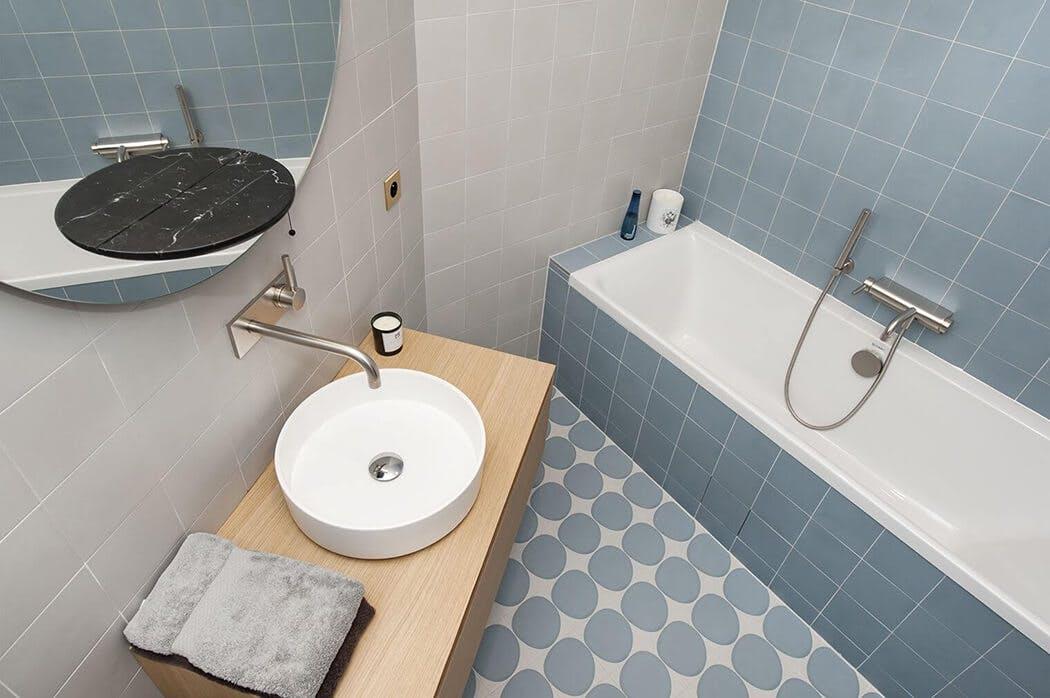 salle de bain aux finitions soignées avec robinetterie chromée premium