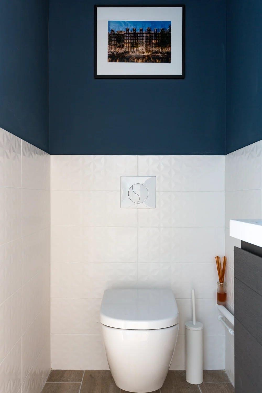 salles de bains mur bicolore bleu canard et faïence blanche