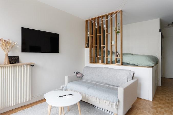 Intérieur d'un appartement avec salon et chambre