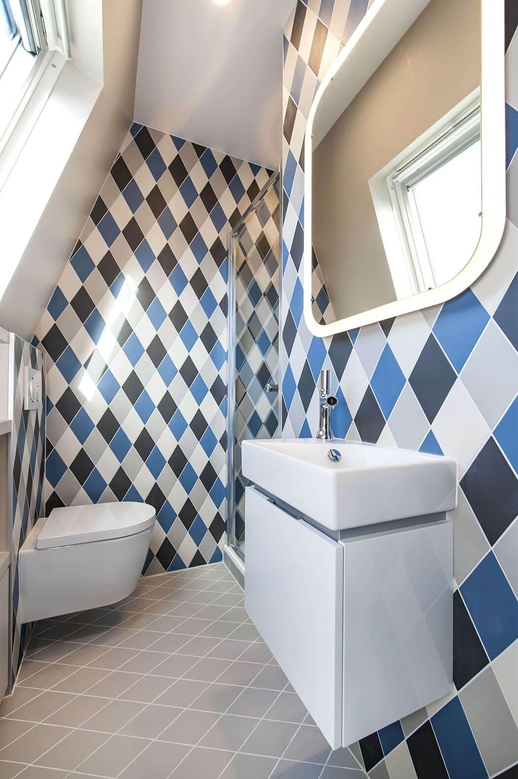 salle de bain au style déco original mêlant carrelage mural en losanges et équipements design
