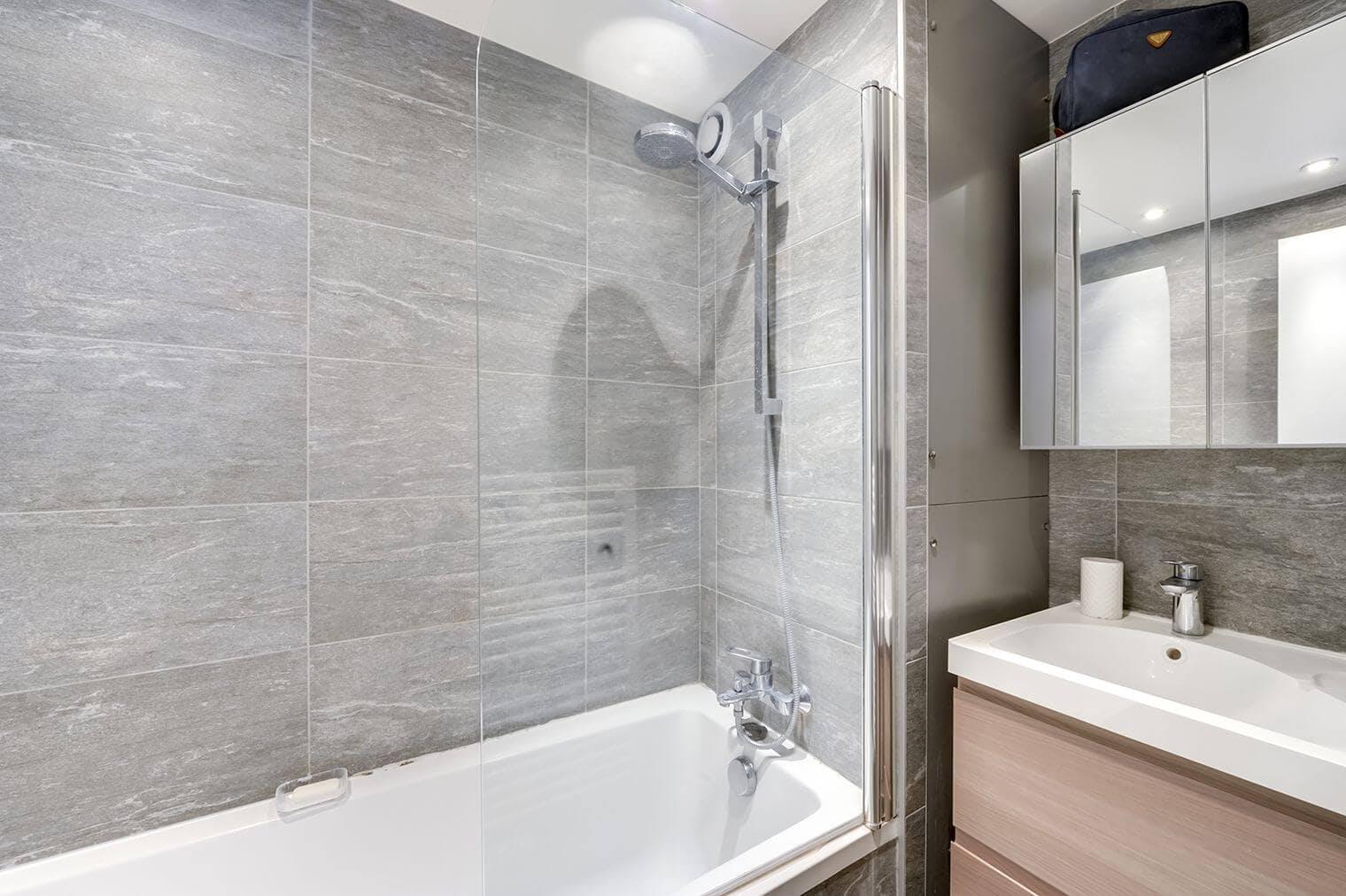 Aménagement salle de bain couleurs naturelles