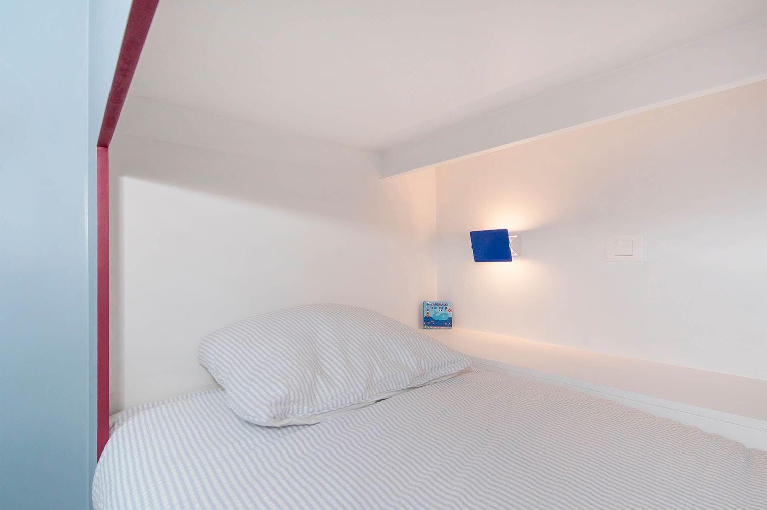 Création lit d'enfant encastré dans un mur