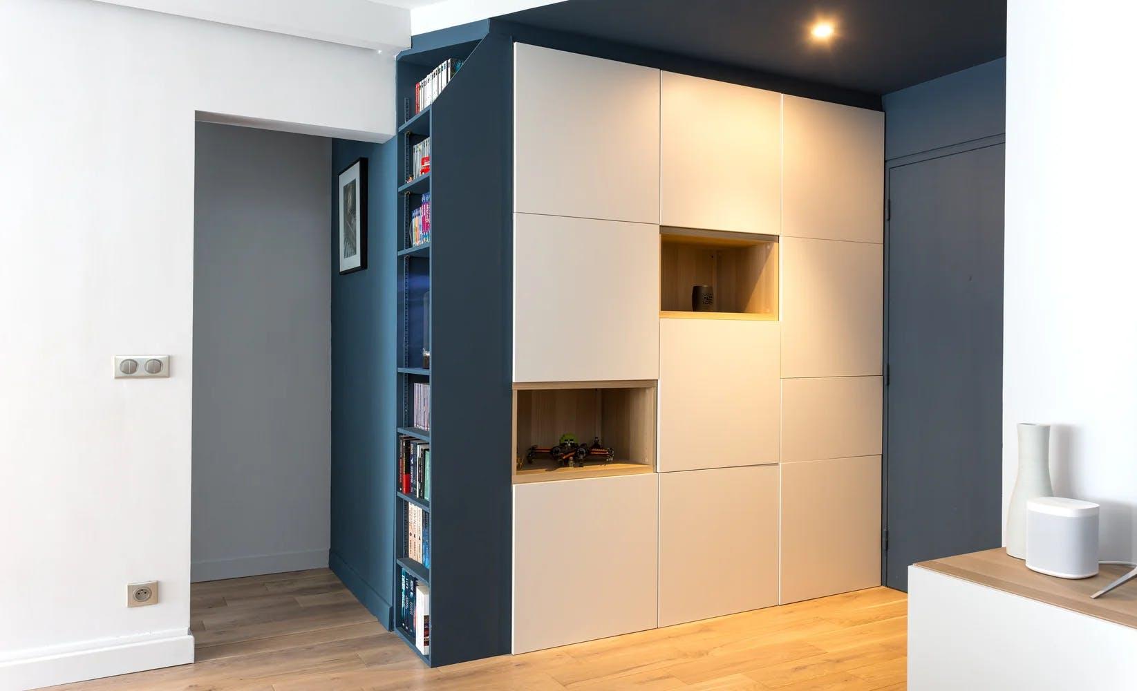 Bibliothèque avec niches éclairées