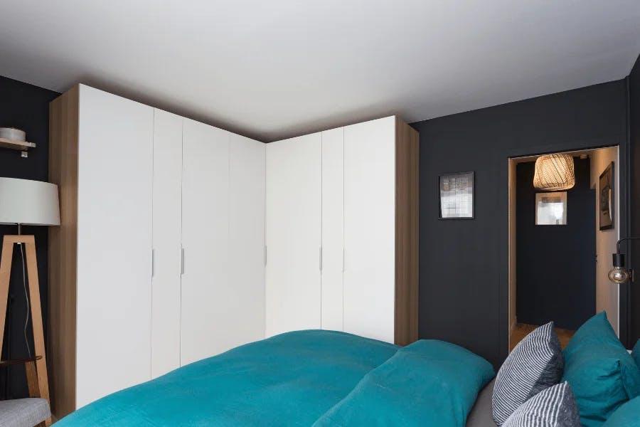 chambre parentale rénovée avec dressing blanc style boisé