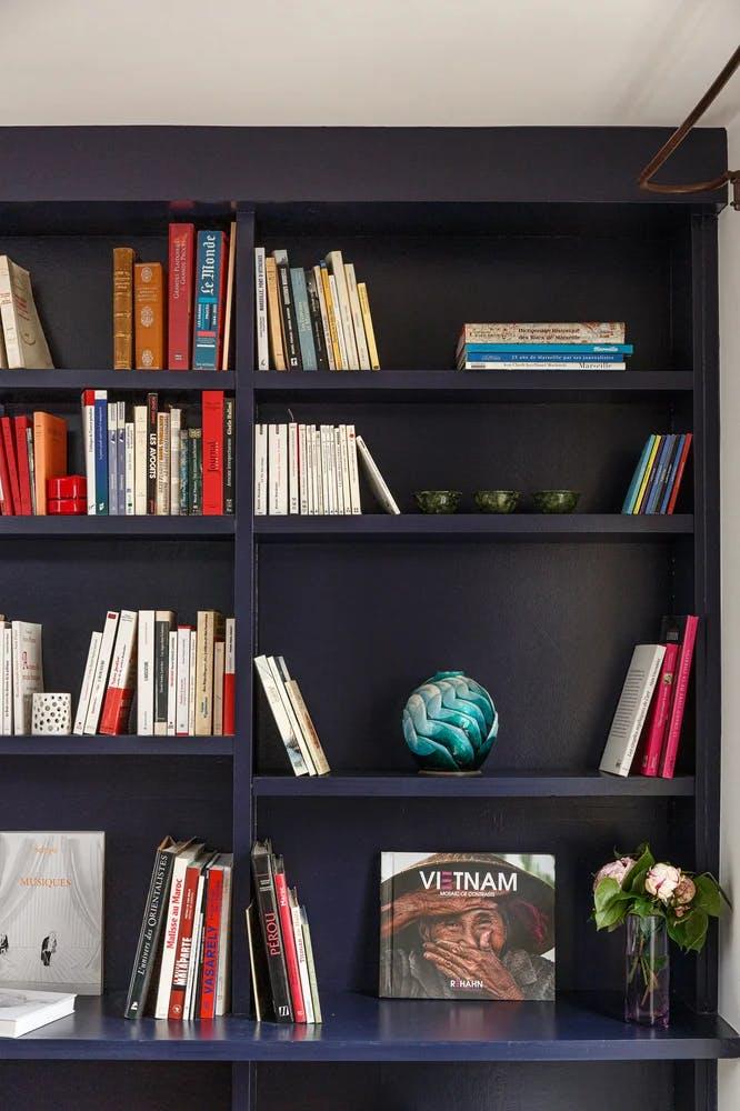 Bibliothèque rénovée dans un appartement de 65 m² à Paris