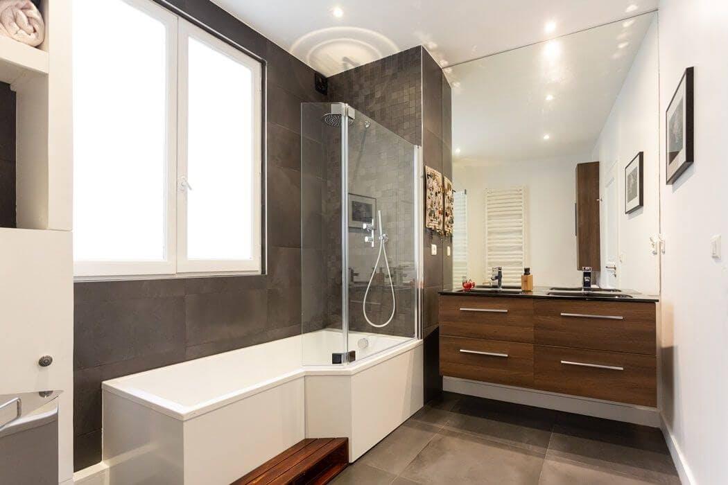 Rénovation complète de la salle de bain avec baignoire asymétrique