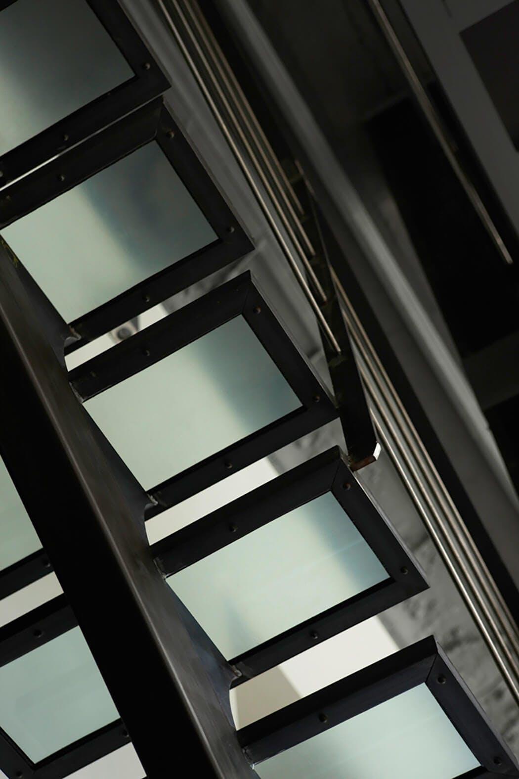 Escalier associant verre trempé et métal
