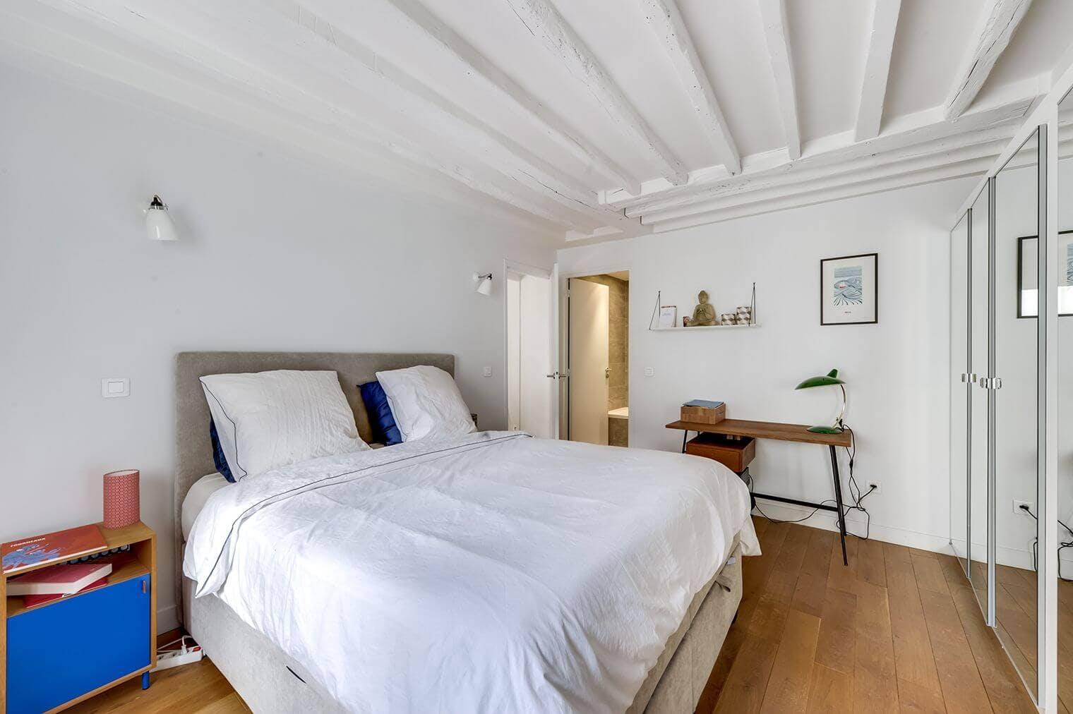 Chambre rénovée avec parquet et dressing