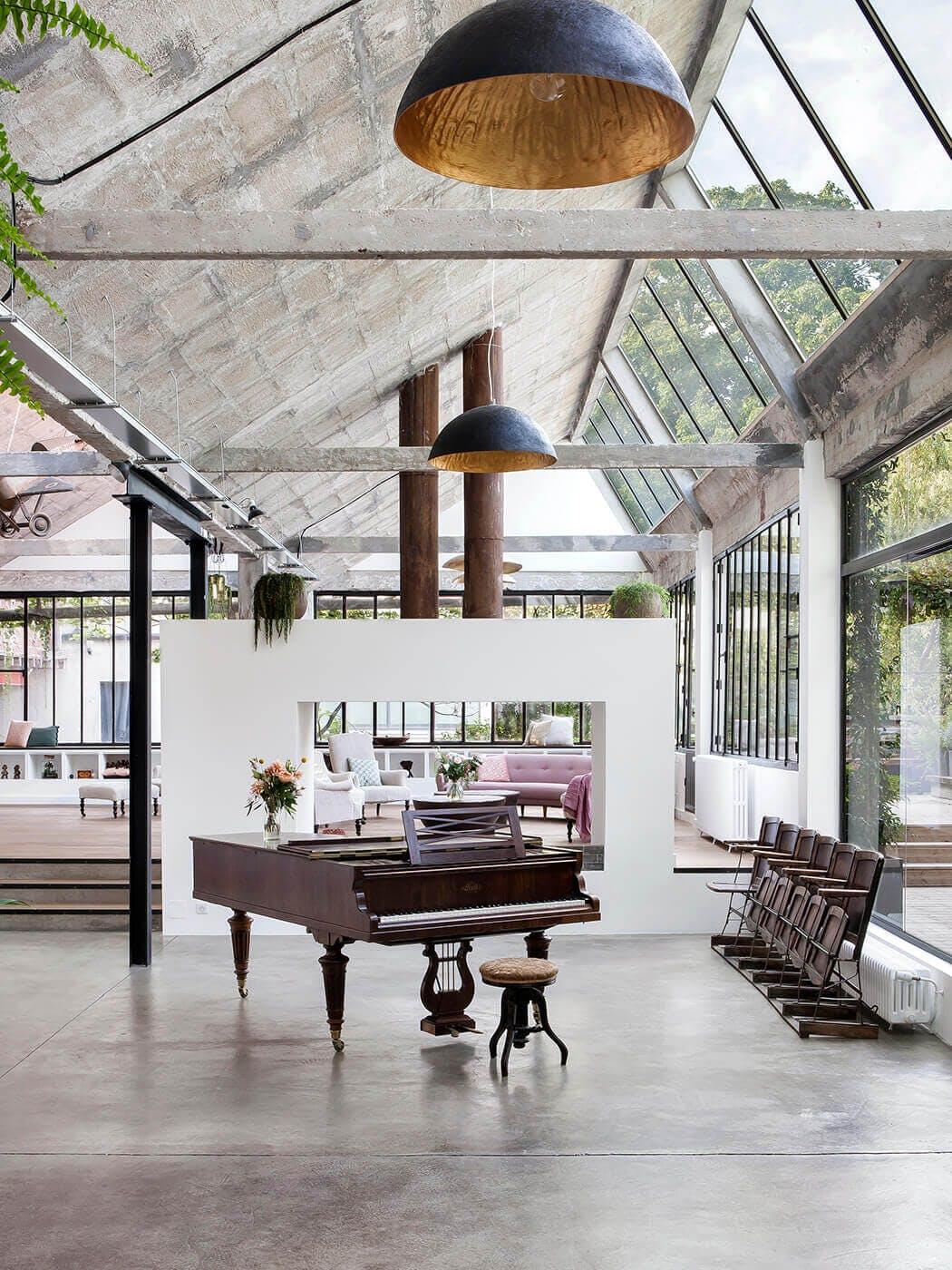 transformation d'une ancienne usine en loft avec sol en béton ciré et éclairage industriel
