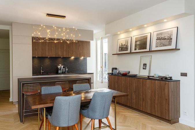cuisine et salle à manger en bois foncé