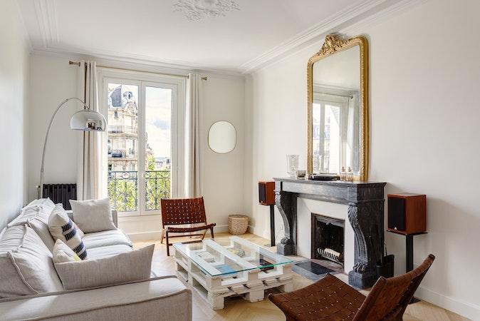 Intérieur d'un appartement avec cheminée