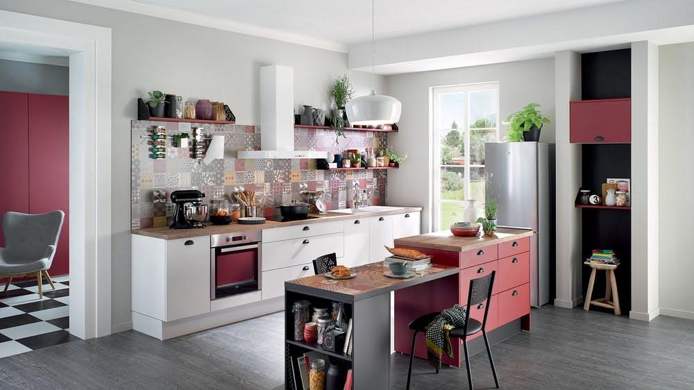 cuisine Cuisinella blanche et rouge avec plan de travail en bois