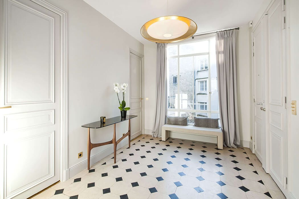 couloir spacieux rénové d'un pied à terre parisien