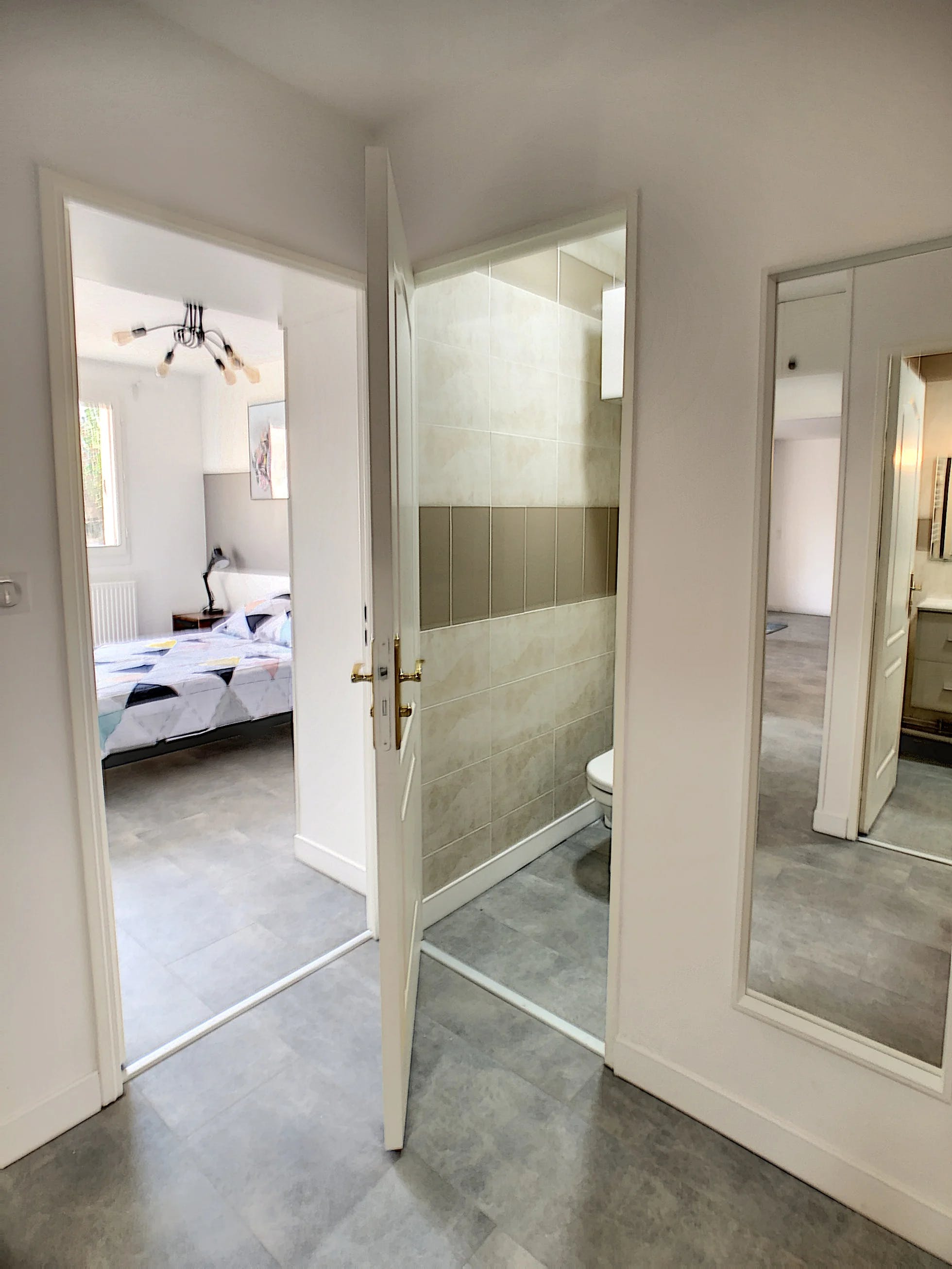 vue chambre à coucher et WC