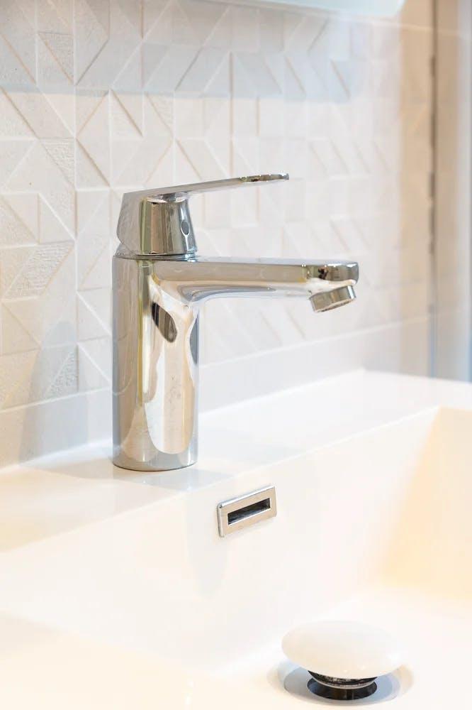 Zoom in sur la robinetterie / vasque