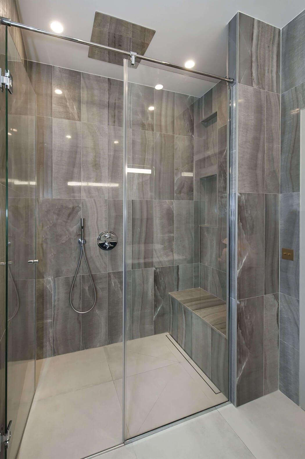 superbe douche à l'italienne dans cet appartement d'exception rénové