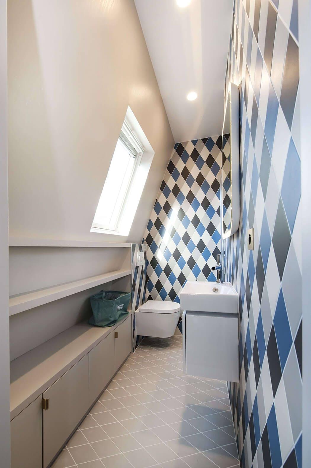 rangements encastrés sur-mesure pour cette salle de bain en enfilade
