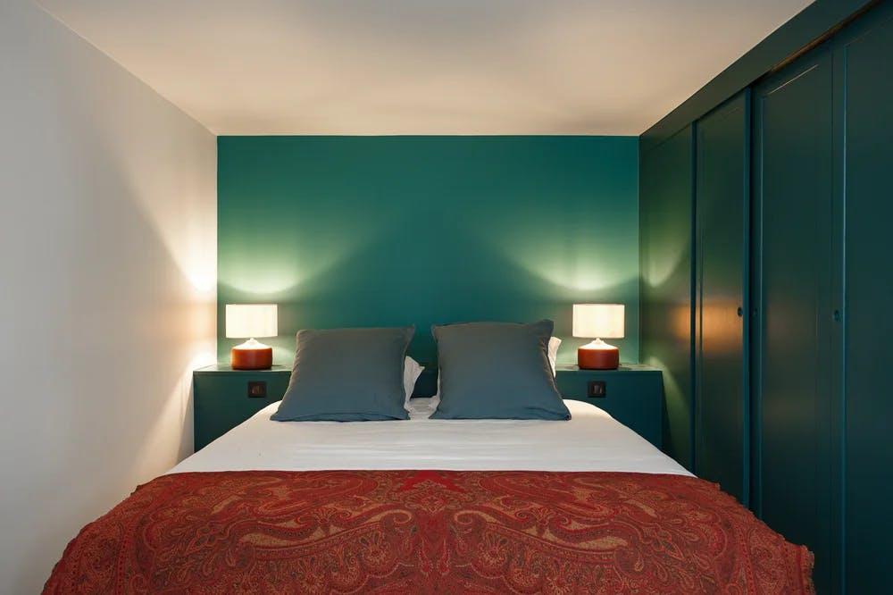 Chambre à coucher teinte bleu canard relaxante et apaisante