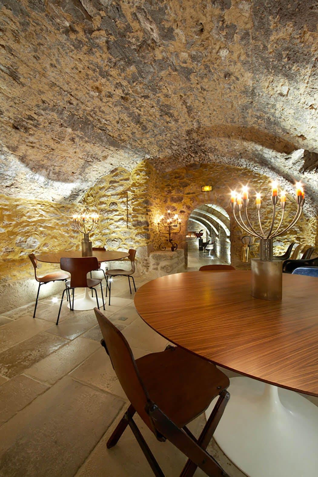 Jeux de lumières pour mettre en valeur cette superbe cave voûtée
