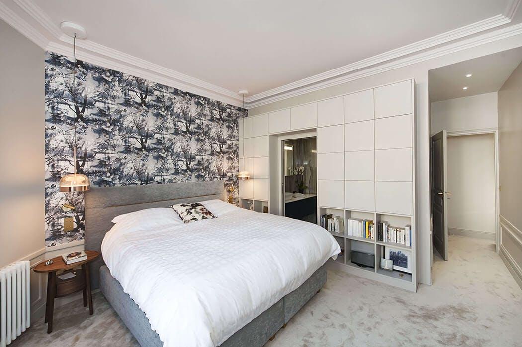 suite parentale à la décoration digne d'un grand hôtel: moquette épaisse, rangements encastrés, suspensions design...