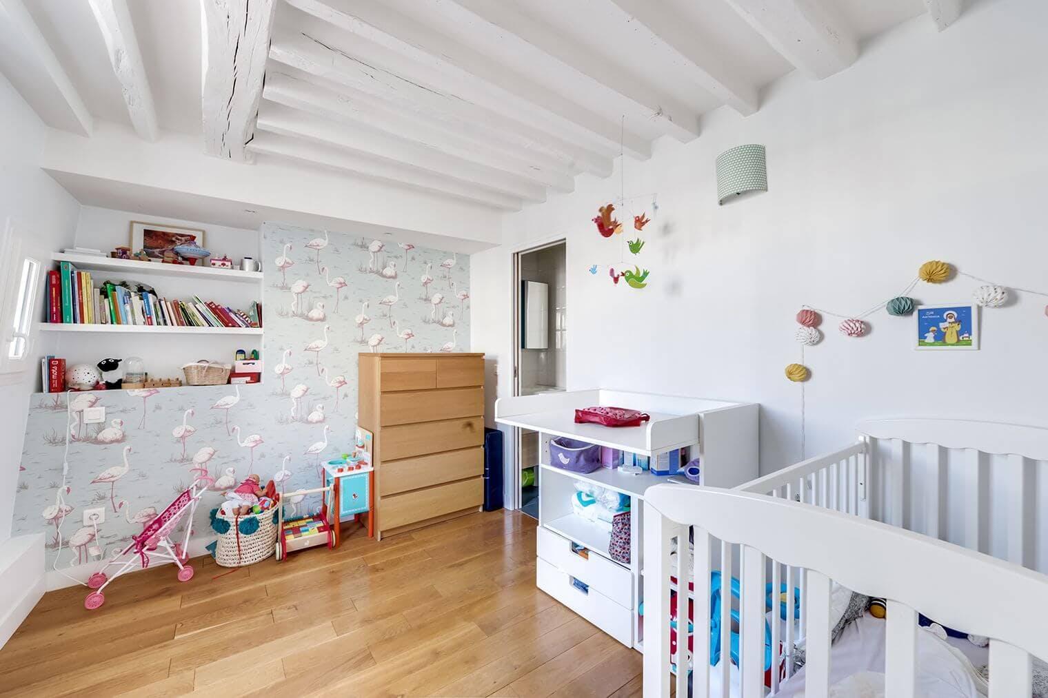 Chambre rénovée avec jolies poutres apparentes