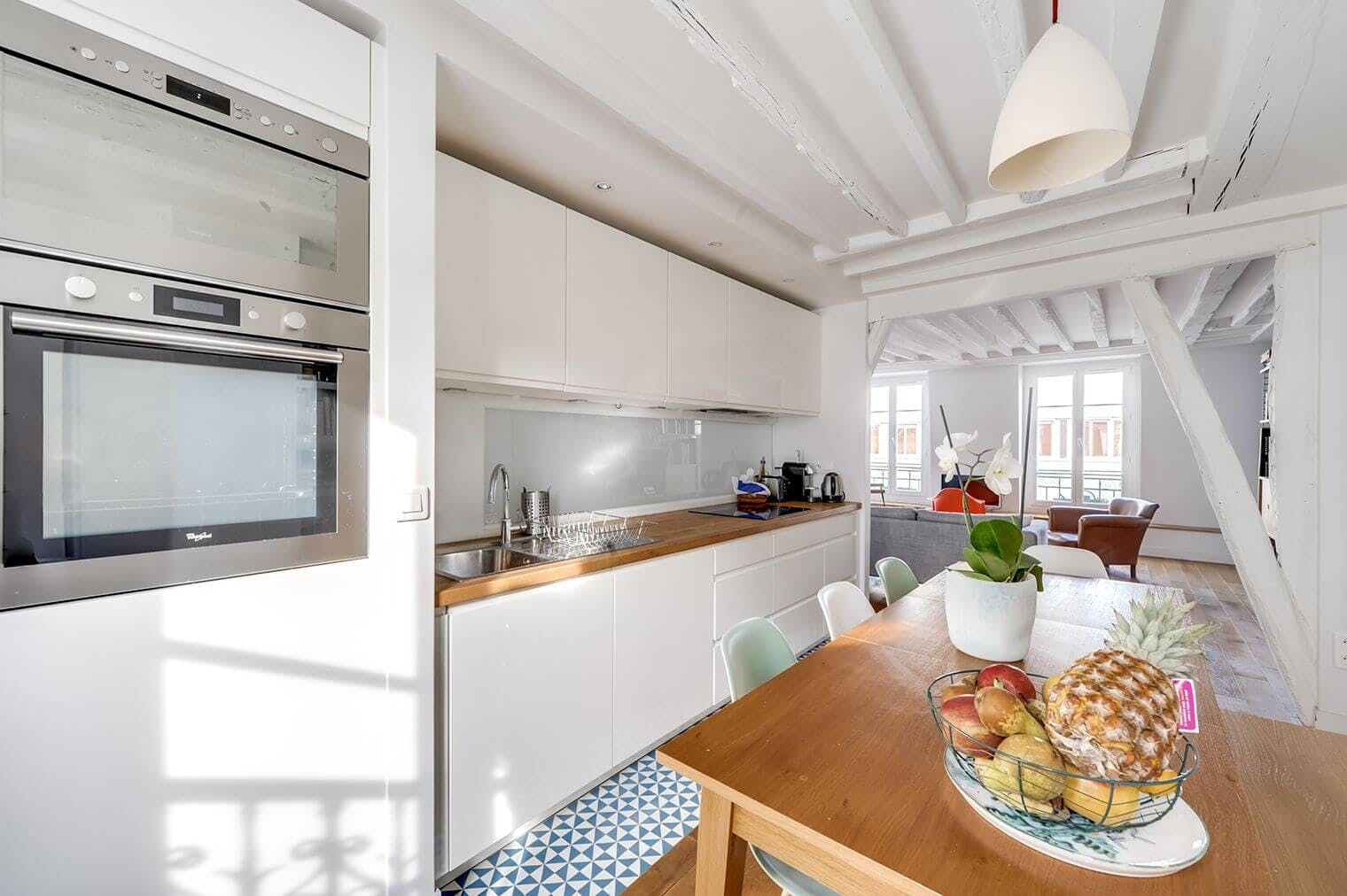 Cuisine ouverte et salon rénovés - charme ancien préservé