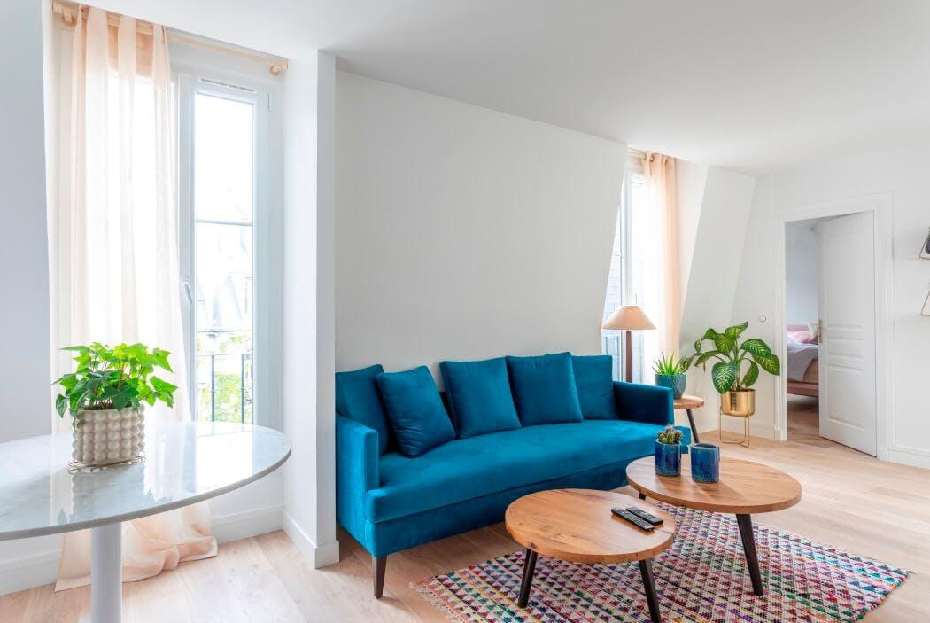 Salon au style scandinave avec parquet en chêne massif et tables gigognes en bois