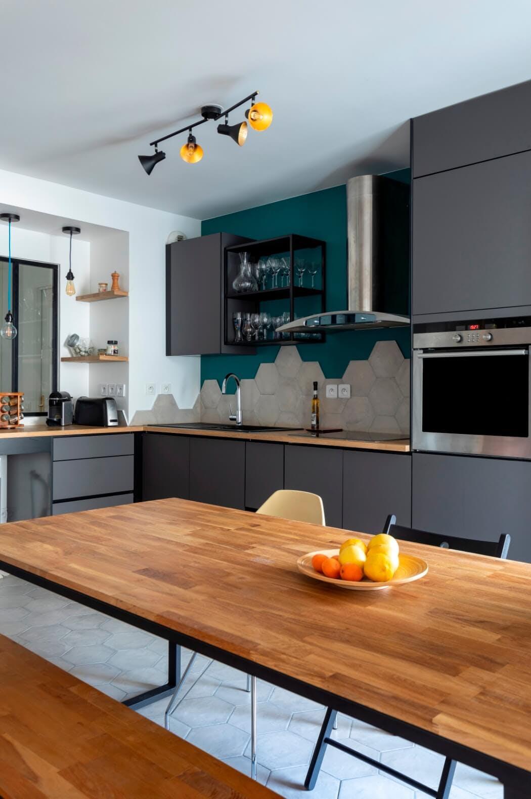 Cuisine rénovée dans un style moderne associant le bois et le gris