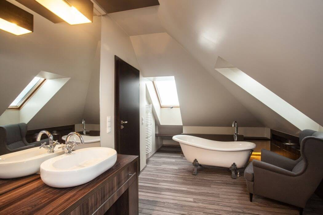 Oser le fauteuil pour agrémenter une salle de bain