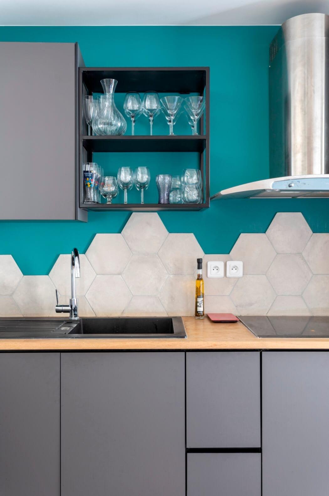 Focus sur les meubles de cette cuisine haut de gamme  bleue et grise totalement rénovée