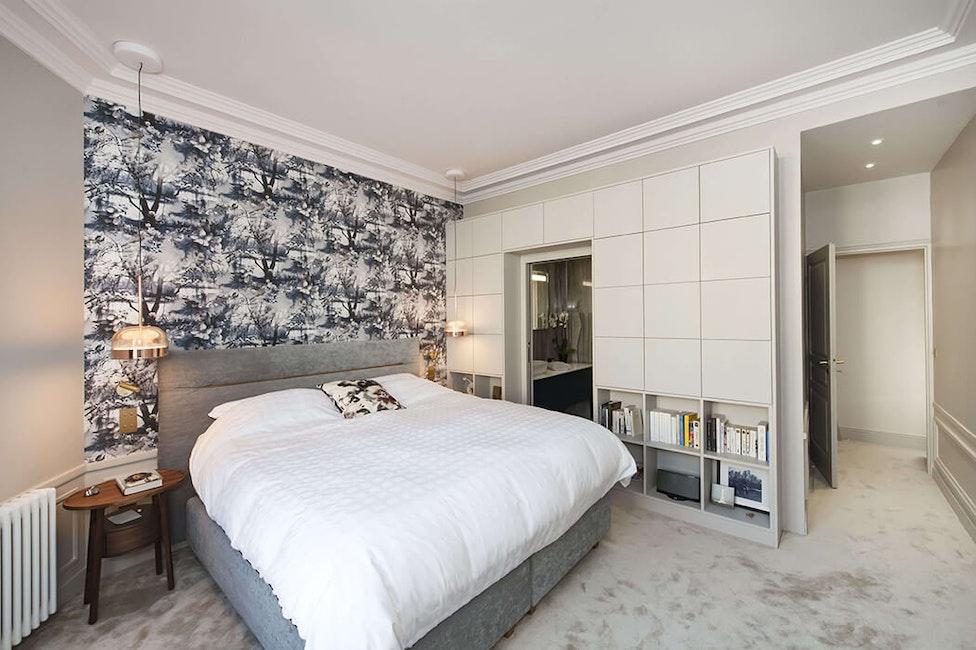 suite parentale à la décoration digne d'un grand hôtel : moquette épaisse, rangements encastrés, suspensions design...